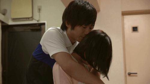 彼女を後ろから抱きしめる北野翔太さん
