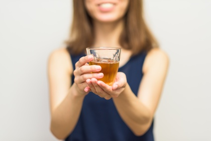飲み物を差し出す女の人