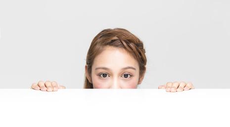 机から顔を覗かせる女性