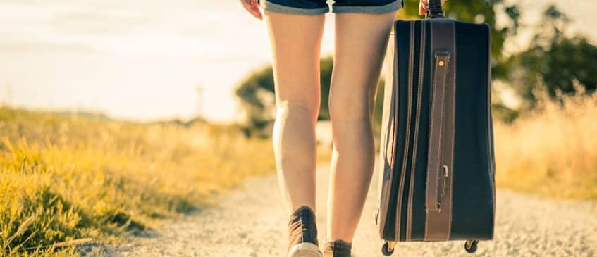 一人で歩く独身女性のイメージ