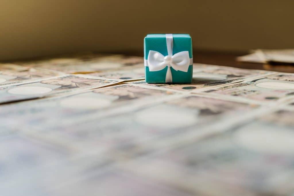 プレゼント箱と一万円札