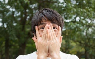 指の間から覗く男性