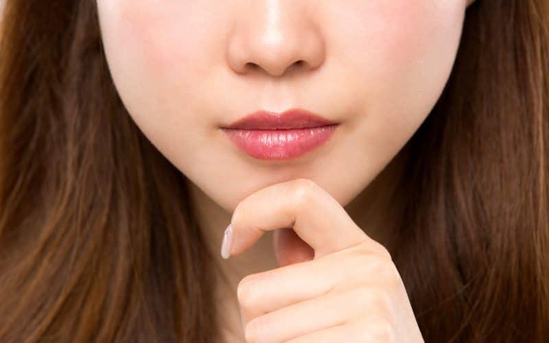 顎をつまむ女性