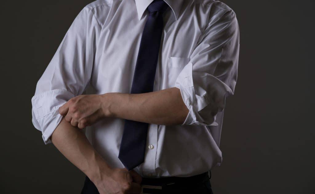 ビジネスマン、ワイシャツ、ネクタイ、腕まくり、袖をまくる