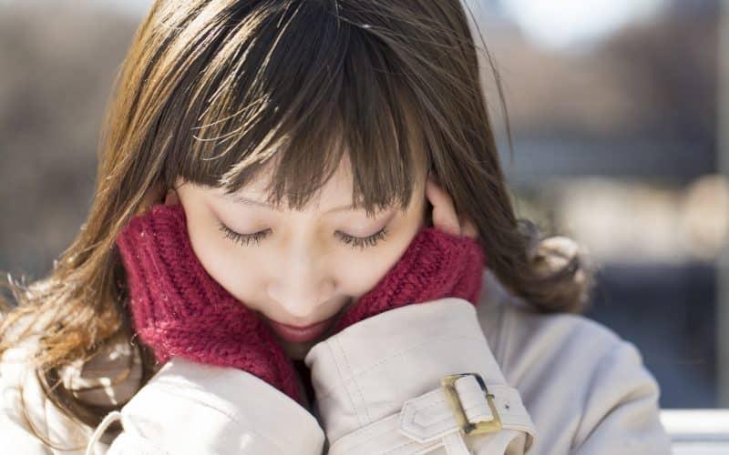 女性 表情 外 頬に手を 照れる うれしい はずかしい 目を閉じる