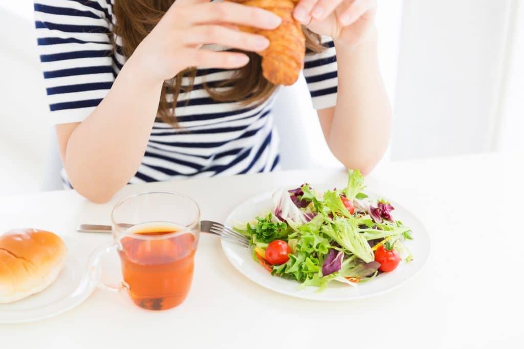 サラダを食べる女性 手元