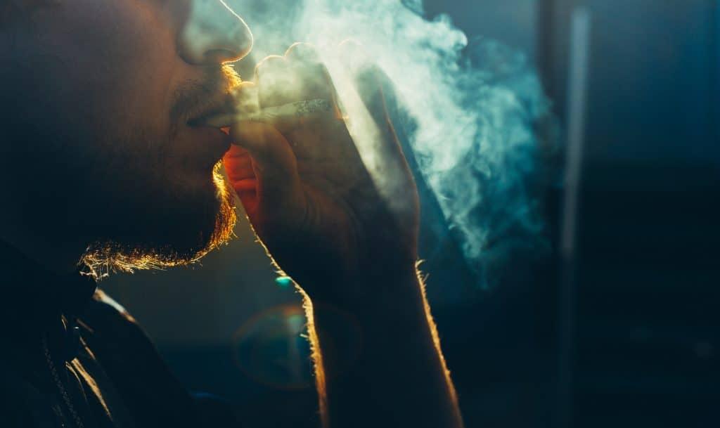 煙草を吸う男性の横顔