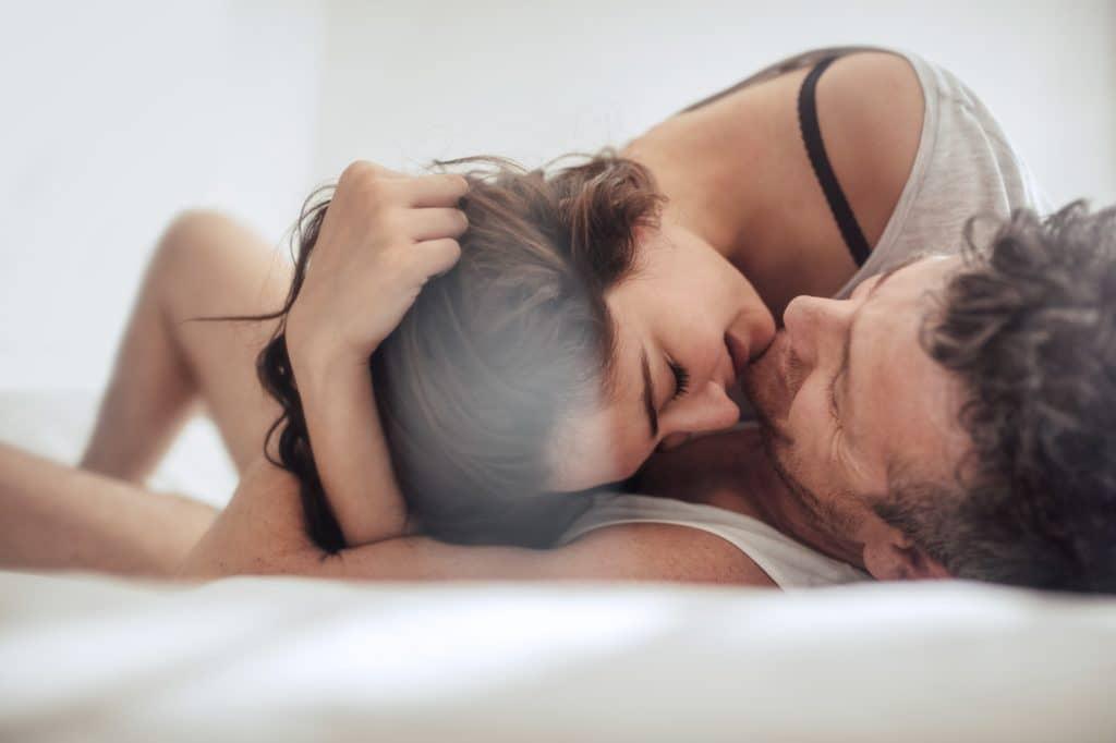 ベッドでキスするカップル