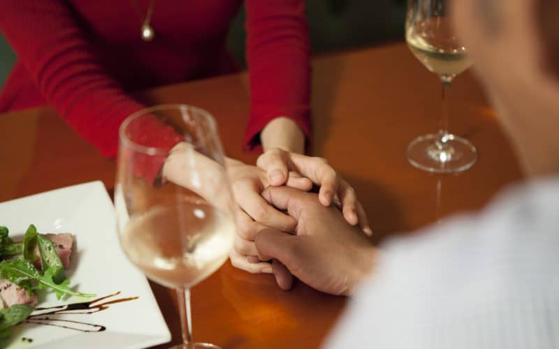 手を握り合うカップル