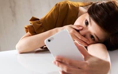 スマートフォン / 動揺する女性