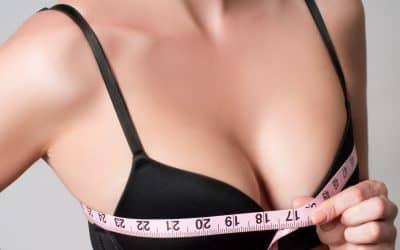 胸のサイズをはかる女性