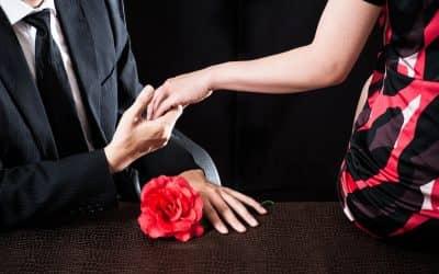 会社で怪しく手を握っている男女カップル