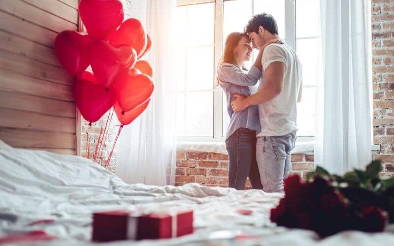 部屋でキスする恋人同士