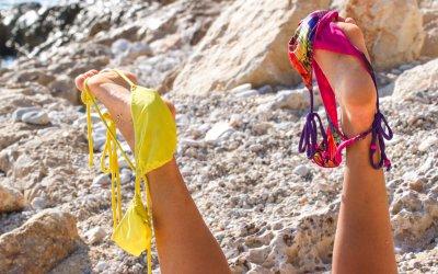ビーチで水着を取る女性