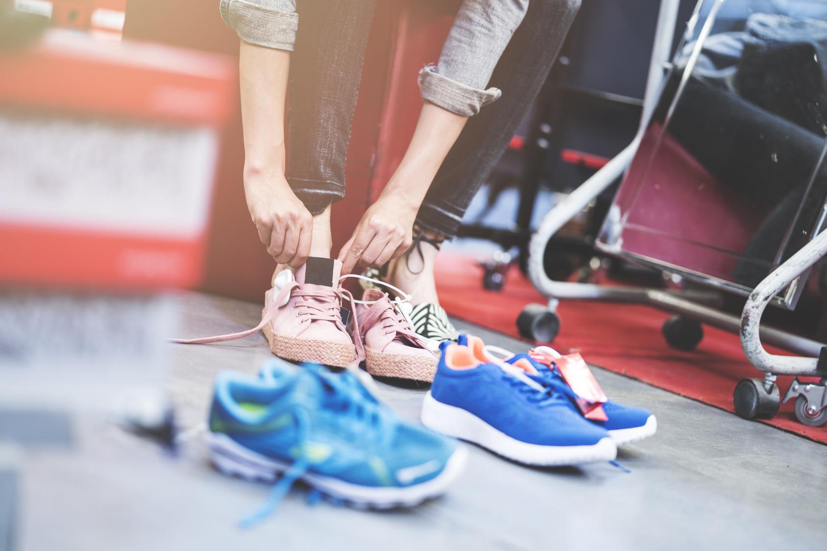 スニーカーに履き替える女性