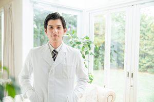 白衣の男性