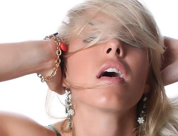 セクシーポーズをする女性