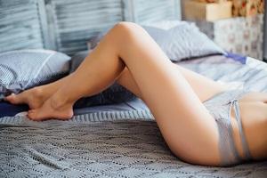 ベッド セクシーな女性