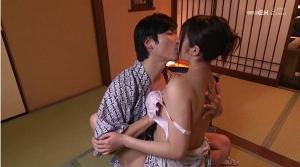 浴衣をはだけてキスをする有馬さんとはるかみらいさん