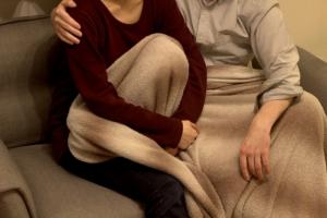 毛布に包まりくつろぐ男女